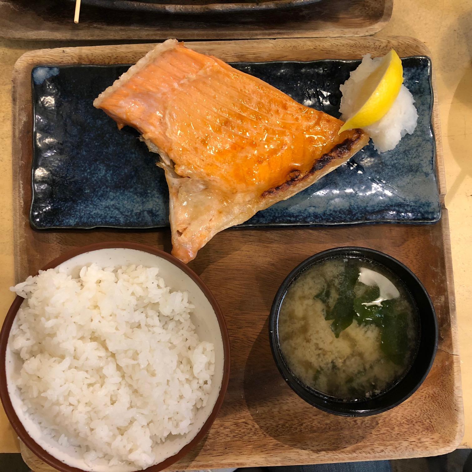 Somon, pilav, miso çorbası