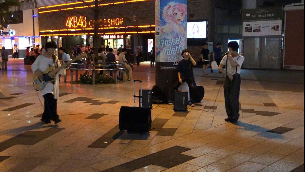 AKB48 Kafe Önündeki Müzik Grupları